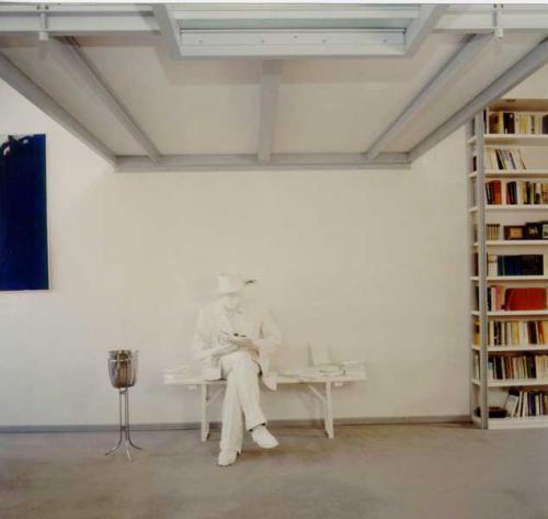 Breisacher Str. 17  Mann unter Galerie