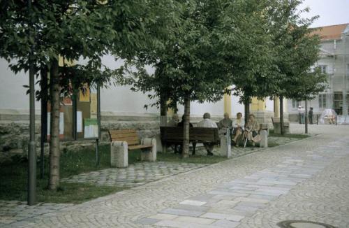 Kirchplatz nach Sanierung Baeume und Baenke