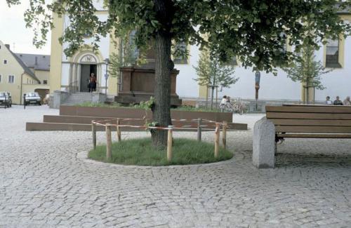 Kirchplatz nach Sanierung vor Kirche