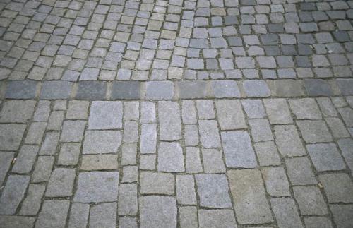 Platz vor Rathaus und Kirche - Strassenpflaster nach Sanierung